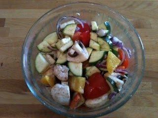gemischtes Gemüse kleingeschnitten und in Auflaufform