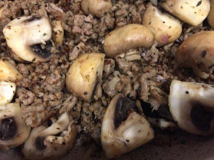 Hackfleisch angebraten mit Zwiebeln und Champignons