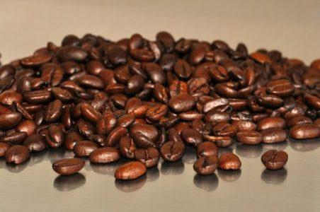 Kaffeebohnen mit Granatapfel-Nuancen