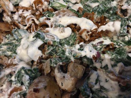 Pastatelli Nudeln, mit Hackfleisch, Zwiebeln, Spinat und Creme fraiche