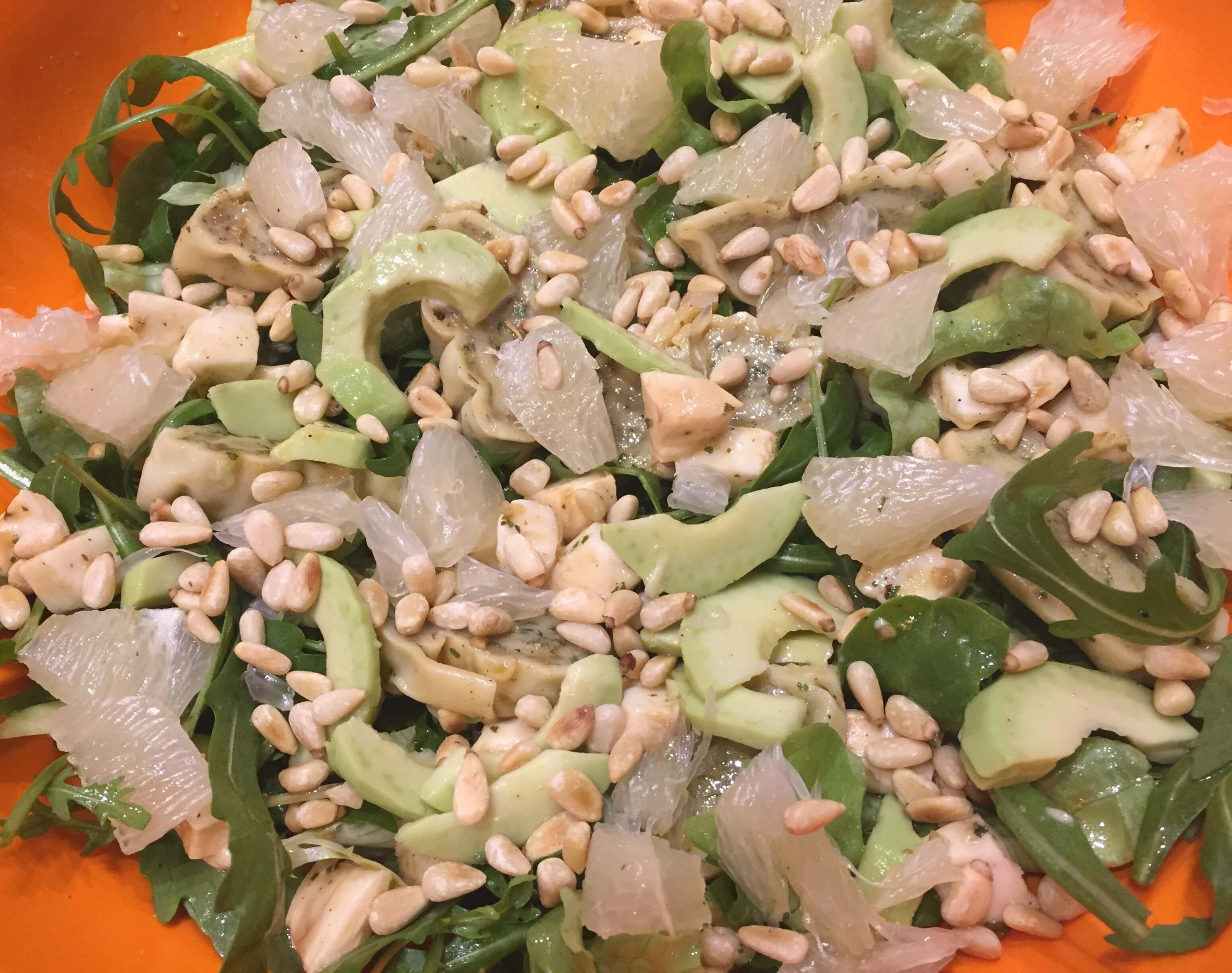 Rucola Salat mit Avocado in Schüssel