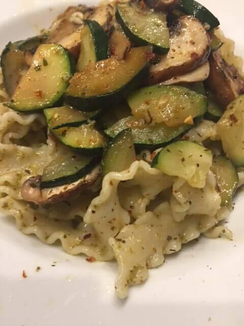 Manfredine mit Pesto und Gemüse angerichtet