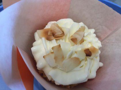 halbierter Muffin mit Frischkäse-Creme und Kokos-Chips (1)