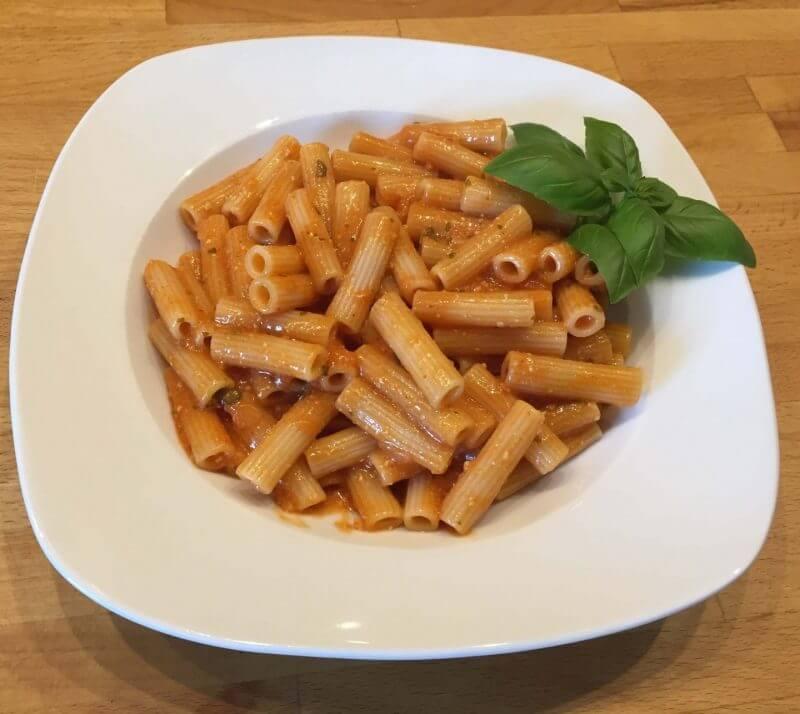 Tellerbild Maccheroni mit Tomate und Ricotta