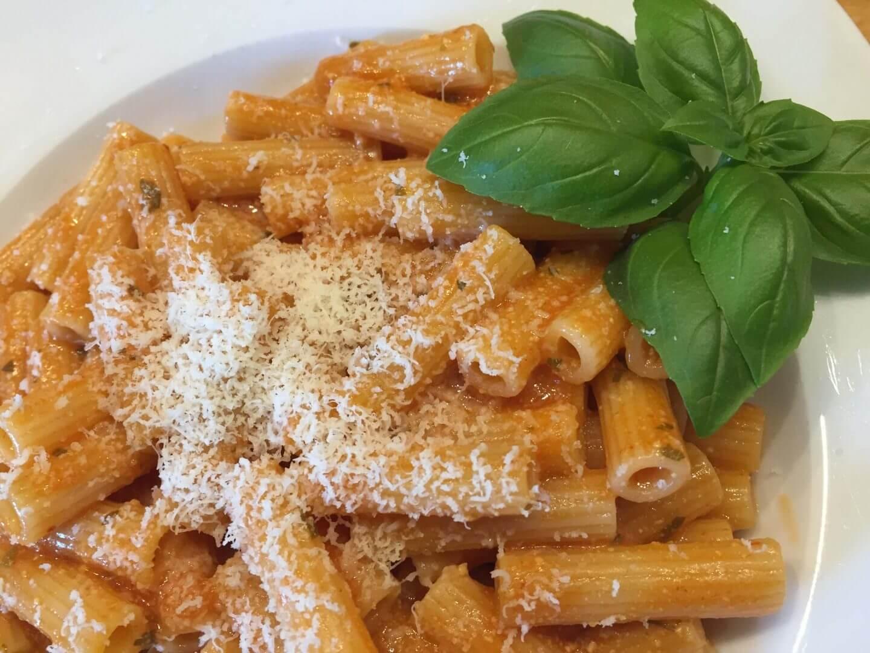 Tellerbild Maccheroni mit Tomate und Ricotta mit Parmesan