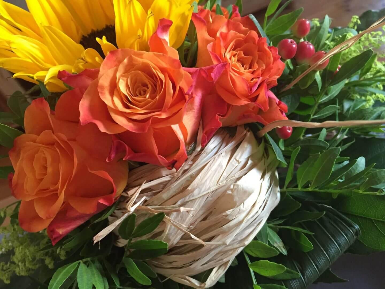 Blumenstrauß mit Sonnenblumen und Rosen