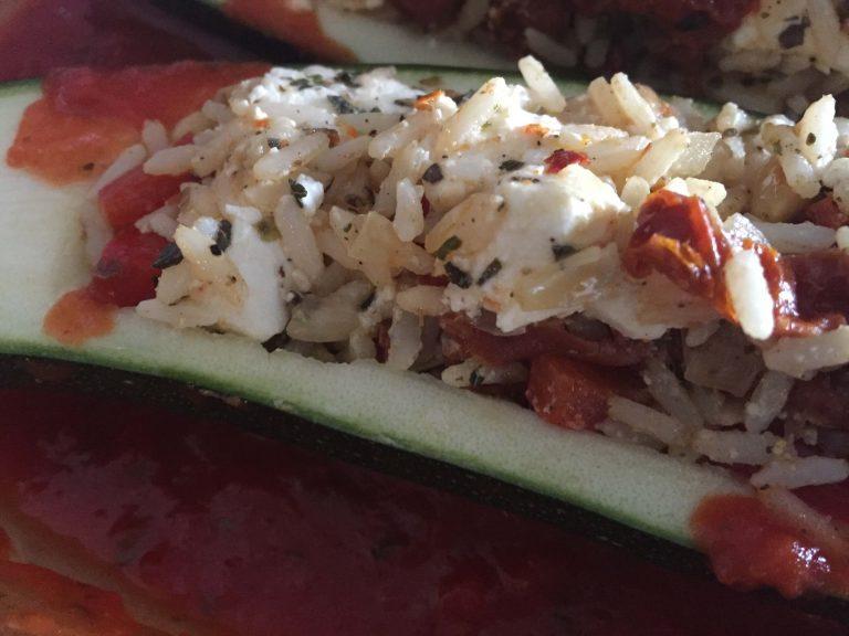 Zucchinihälften befüllt in Tomatensauce setzen (1)