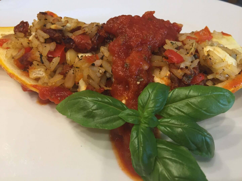 gefüllte Zucchini auf Teller angerichtet