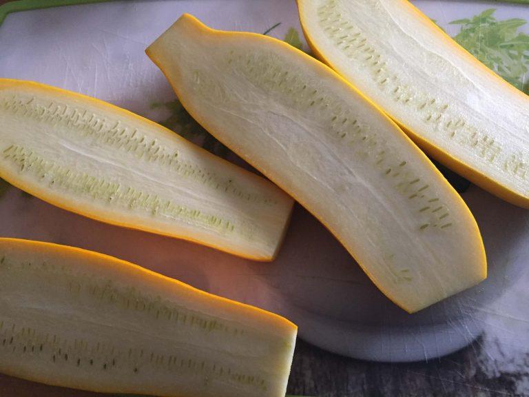 gelbe Zucchini halbiert