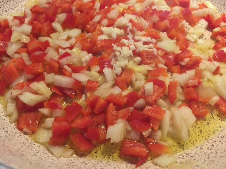 rote Paprika, Zwiebel und Knobi in Pfanne (1)