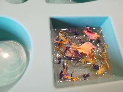 Glycerin Seife und Blüten in Schichten einfüllen