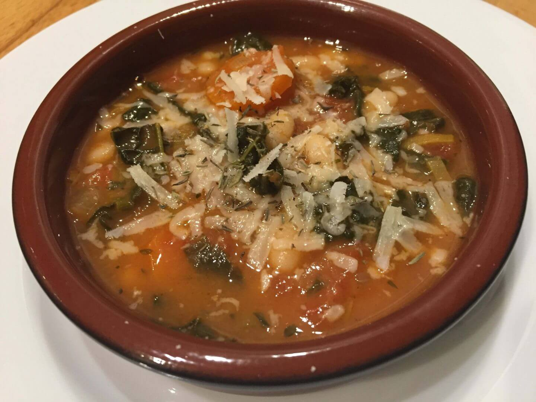 Gemüse-Eintopf mit Palmkohl angerichtet