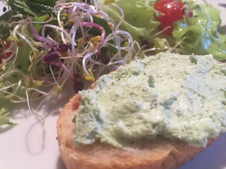 Salat mit Sprossen und Zwiebelbaguette mit Fetacreme (1)