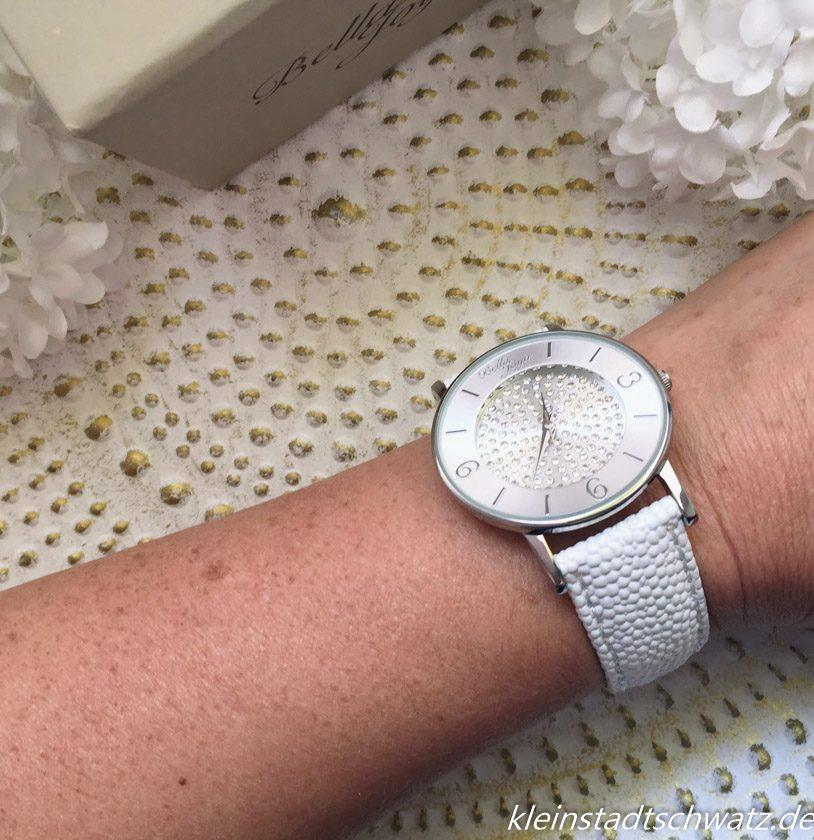 Bella Joya Armbanduhr Lu am Handgelenk