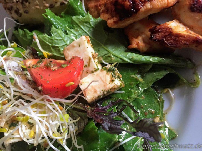 Salat mit Sprossen und Hähnchenfilet