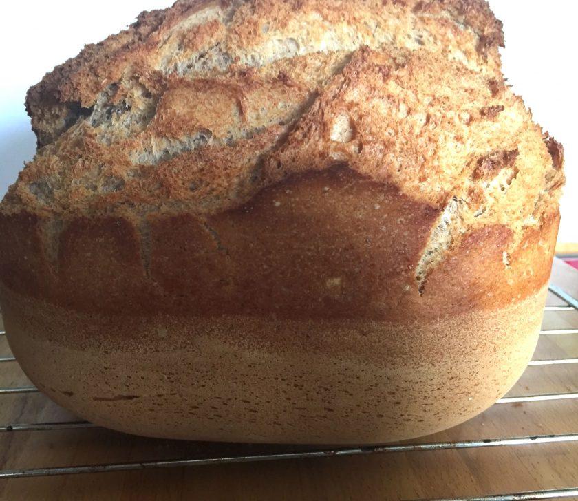 Brot aus der Backform genommen