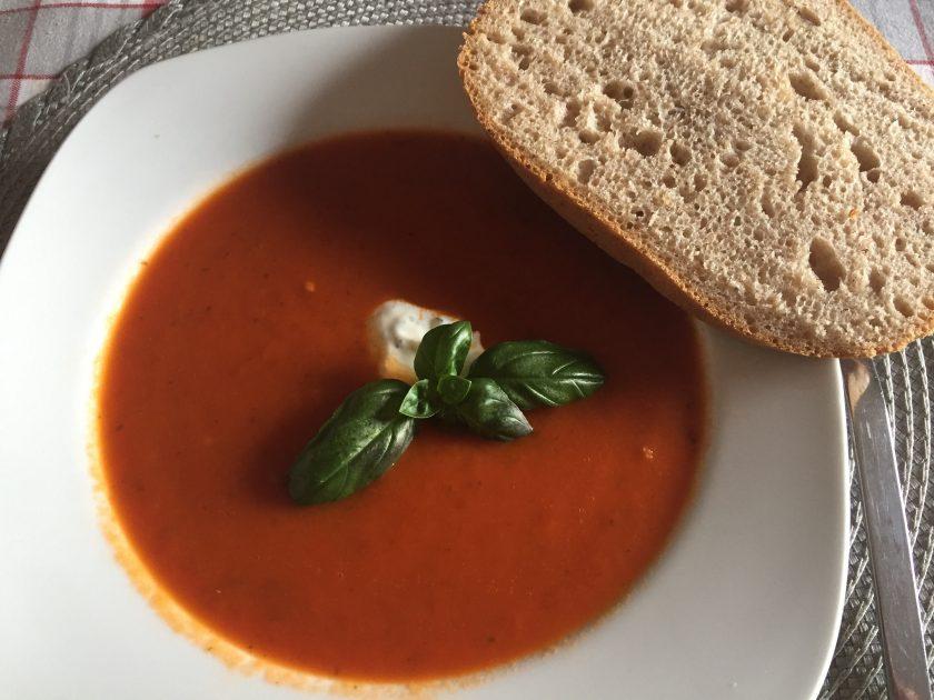 Sauerteig Brot zu Tomatensuppe