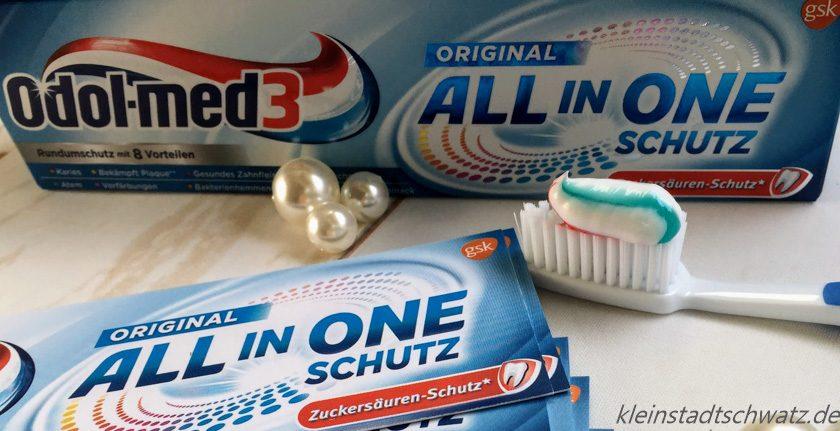 Odol-med3 All in One Schutz Zahnpasta aufgetragen