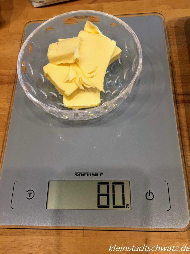 Abwiegen von Butter mit der Page Aqua Proof von Soehnle