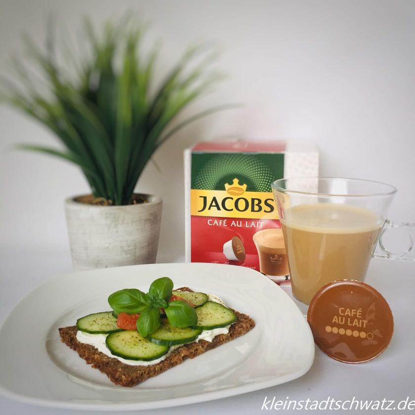 Jacobs Cafe Au Lait zu Mittag mit Vollkornbrot und Frischkäse