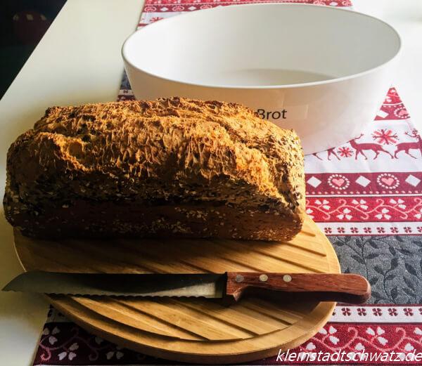 Continenta Brottopf mit Deckel als Schneidebrett und Brot