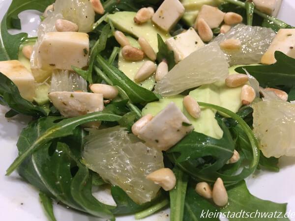 Rucola mit Pomelo und Avocado als Salat