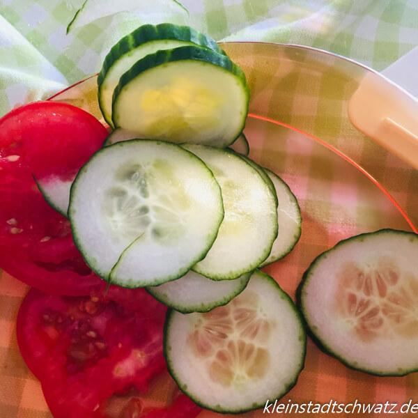 Gurken und Tomaten in Scheiben geschnitten