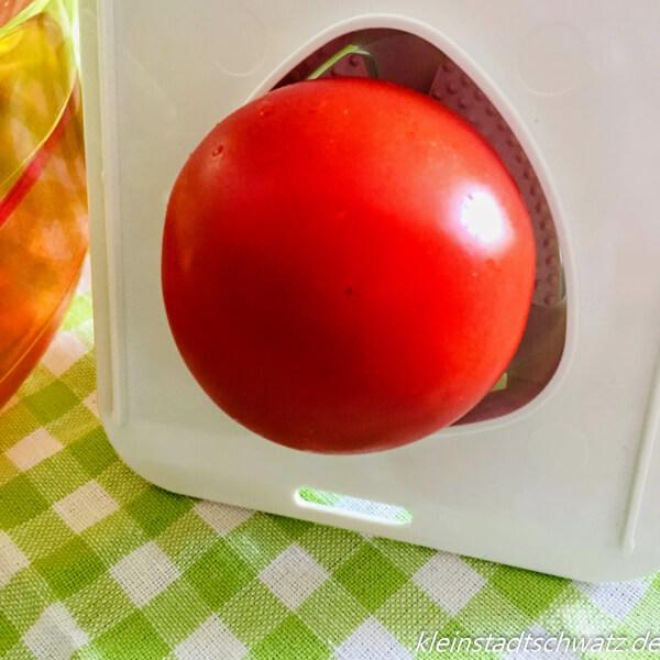 Tomate aufgespießt im Restehalter
