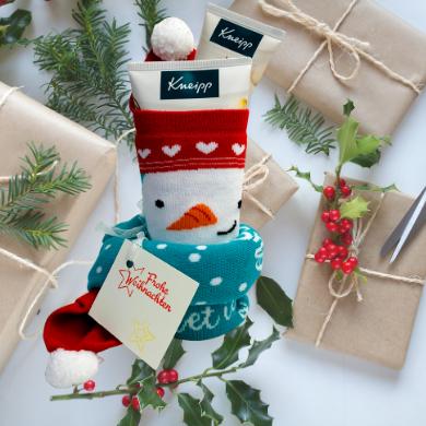 Geschenkidee Weihnachtssocken gefüllt mit Produkten von Kneipp